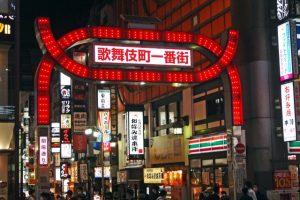 新宿歌舞伎町一番街の前