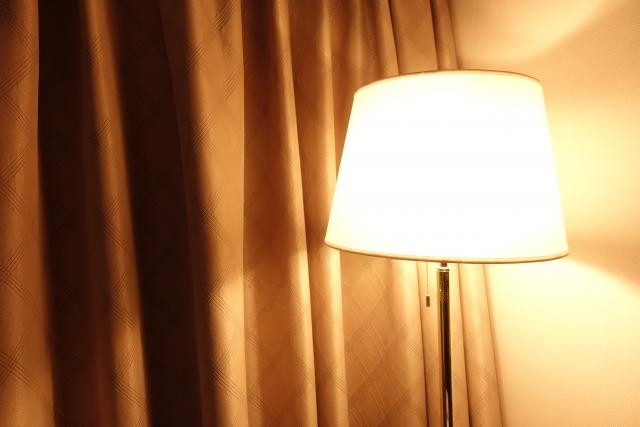 ライトスタンドとカーテン
