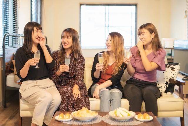 ホテル女子会をする女性4人