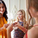 乾杯をする女性たち